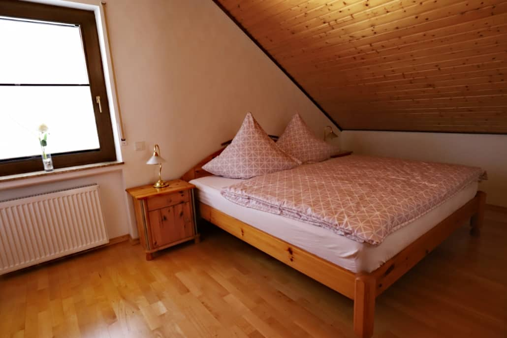 Schlafzimmer, klein mit Doppelbett